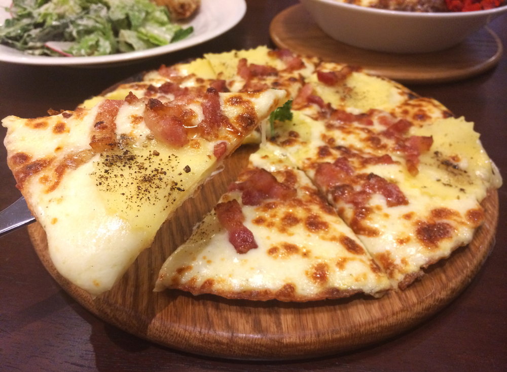pizza topped with mashed potatoes and bacon
